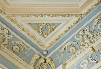 Дорогой, но невероятно красивый вариант оформления сводчатого потолка гипсовой лепниной