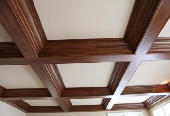 Кессонный потолок из дерева и гипсокартона
