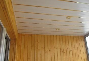 Золотистая кромка панелей отлично гармонирует с деревянной обшивкой стен