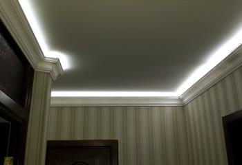 Потолок, подсвеченный по периметру светодиодной лентой