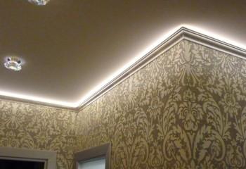 Дизайн потолка с плинтусной подсветкой