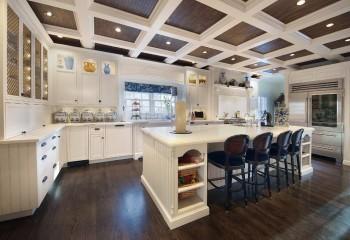 Потолок из деревянных реек с кессонами из бруса и потолочного плинтуса