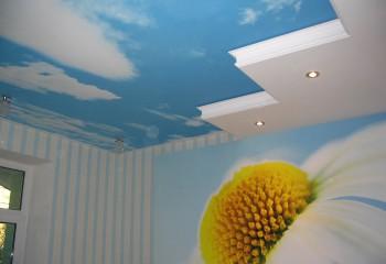 Зонирование комнаты при помощи ярких глянцевых вставок