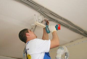 Подготовка закладной под светильник перед установкой натяжного потолка