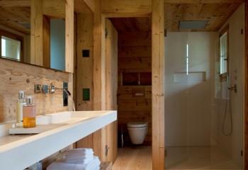 Санузел в деревянном доме с подшивным потолком