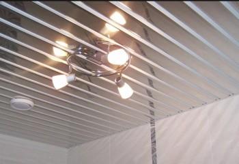 Навесной светильник на зеркальном потолке