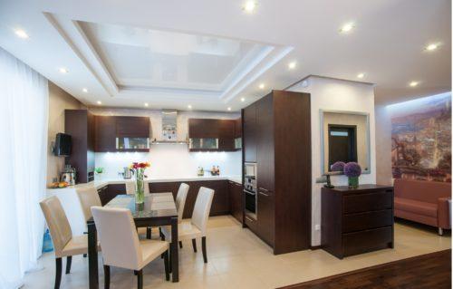 Многоуровневый потолок в небольшом помещении