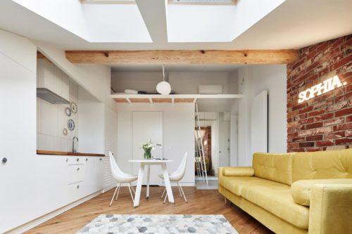 Пол в этой квартире значительно темнее потолка и основной части стен