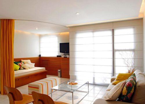 Разноуровневые потолки делят квартиру на два помещения