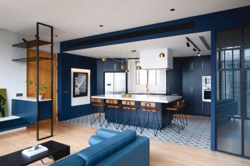 Выделение темно-синим цветом кухонной зоны в квартире-студии