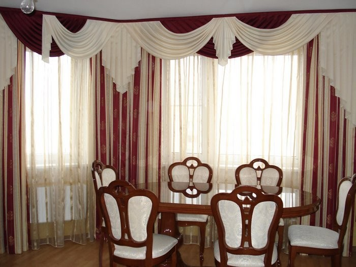 Декорирование окна с помощью потолочного карниза