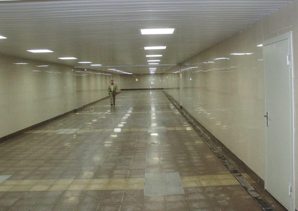 Потолочное освещение подземного перехода