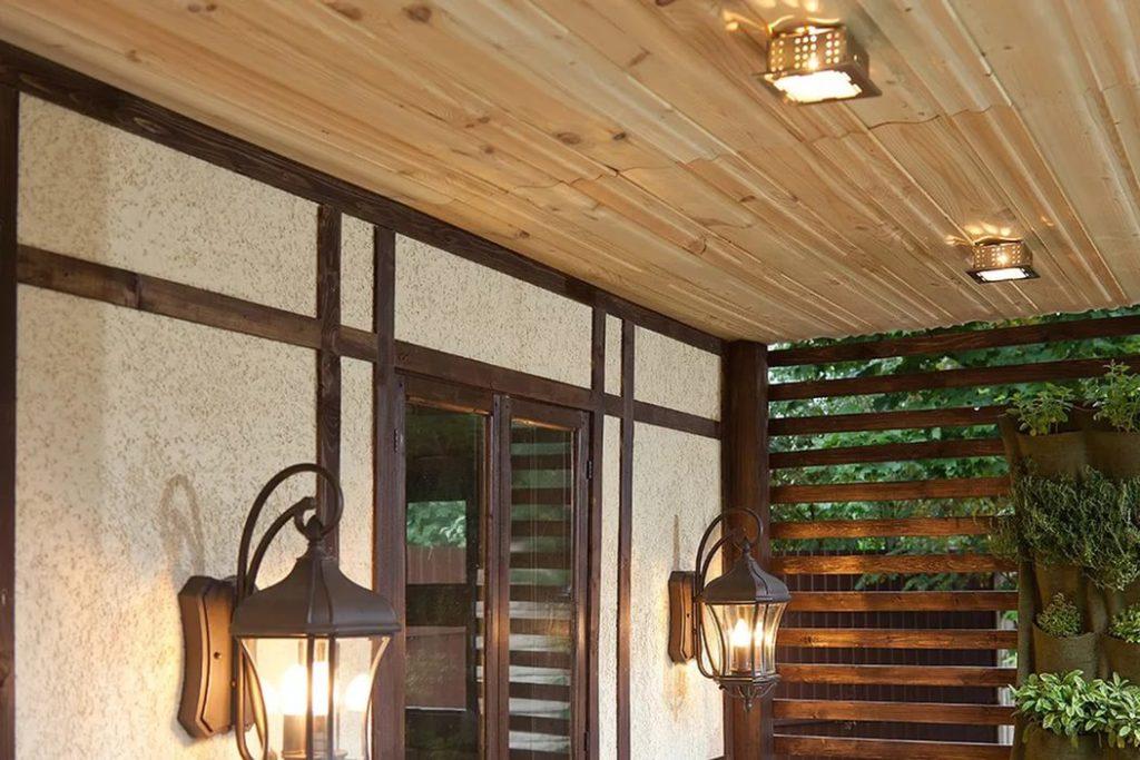 Накладные светильники на потолке террасы