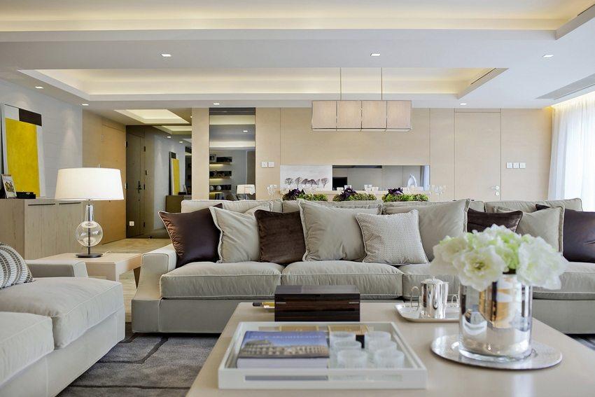 Гостиная с двухуровневым потолком