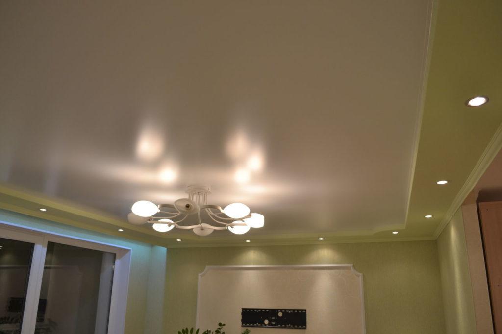 Двухуровневый потолок с комбинированным освещением — софитами и люстрой