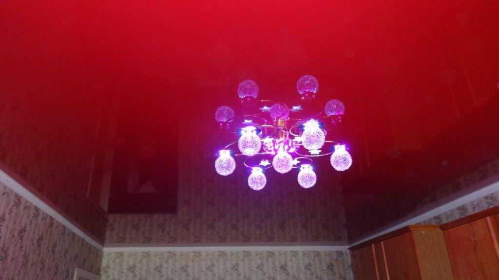 Красный потолок натяжной и центральный осветительный прибор