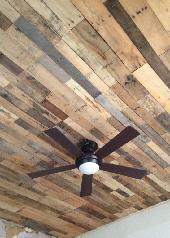 Потолок из разнокалиберных досок