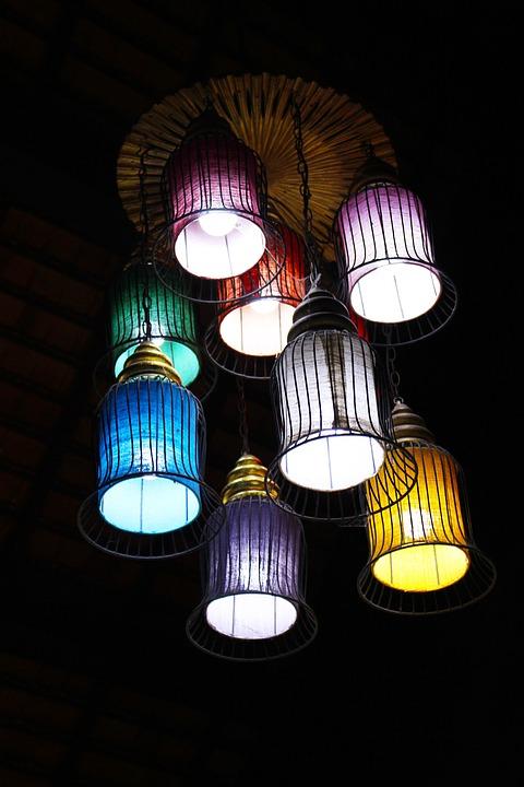 Красивая группа одноламповых подвесных светильников