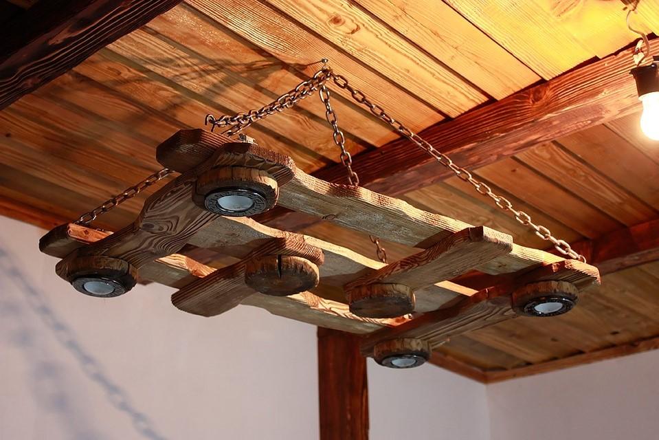 """Потолочные светильники деревянные в стиле """"кантри"""""""