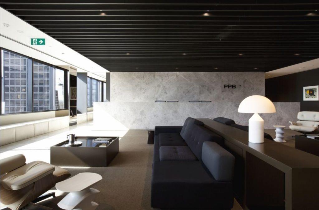 Черный реечный потолок с точечной подсветкой