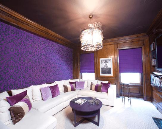 Темно баклажановый потолок и стильные фиолетовые металлизированные обои