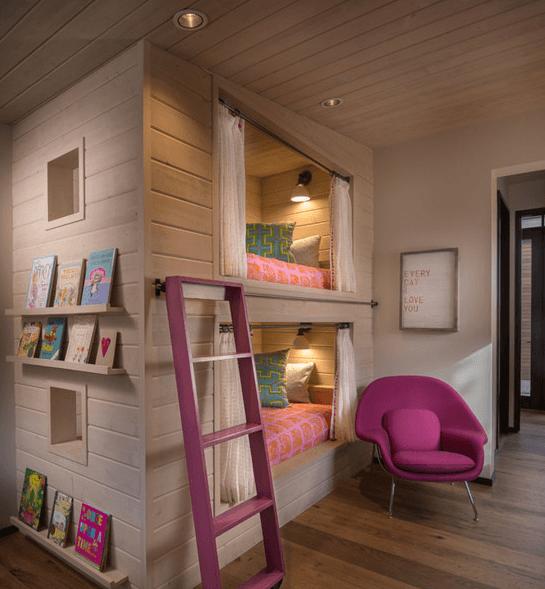 Отделка потолка и спальных мест с помощью светлых деревянных плашек