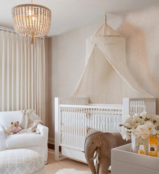 Классический белый потолок для комнаты новорожденного