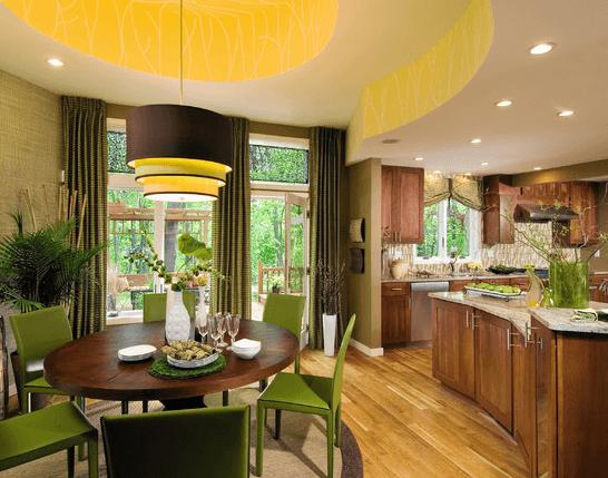 Классика в освещении: светильник над обеденной зоной и встроенные светильники над кухонной