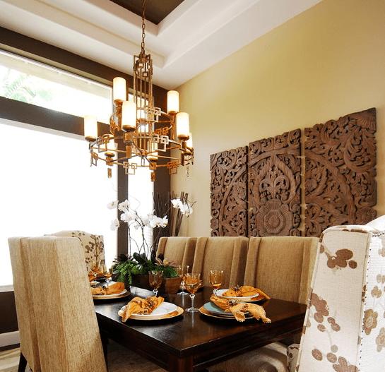 Простой потолок контрастного цвета освежили тематической китайской люстрой