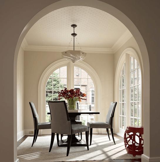 Белая плитка хорошо сочетается с молочным оттенком стен и пастельным серым