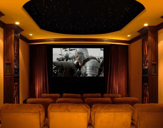 Затемнение с помощью выкрашенного в черный гипсокартонного потолка и мягких точечных светильников