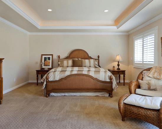 Освещение для спальни: мягкий желтый свет диодов и прикроватные абажуры