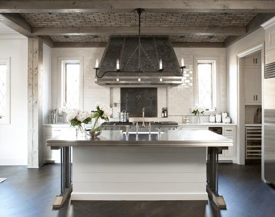Серый «кирпич» потолочной плитки в холодном кухонном интерьере