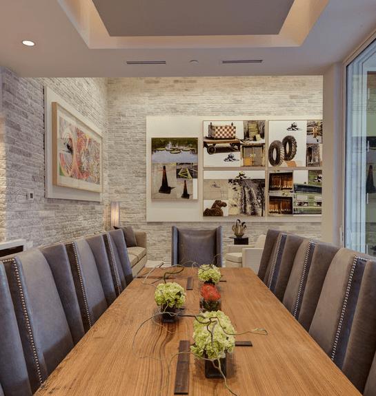 Мягкий флирт серо-лавандового оттенка потолка и светлого кирпича