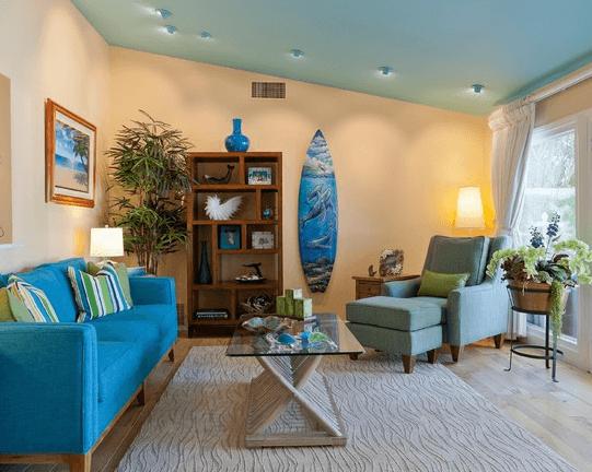 Светло голубой оттенок потолка идеально подходит для морских интерьеров