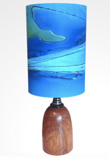 Бирюзово-лазурная настольная лампа приковывает взгляд
