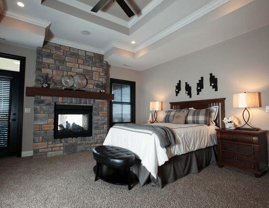 Рубленые формы потолка подчеркнет вентилятор и встроенные лампы