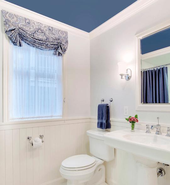 Дымчато-синий успокаивает белизну ванной комнаты