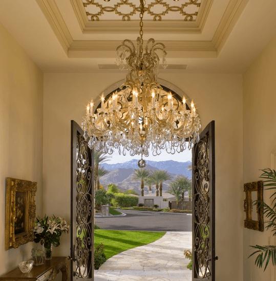 Эффектная викторианская люстры для гипсокартонного потолка подчеркивает его стильную конструкцию