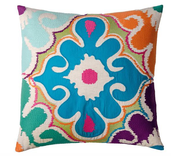 В этнический сиреневый дизайн нужны яркие подушки