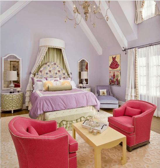 Комната для юной принцессы: спокойная глициния и мебель в горячем розовом