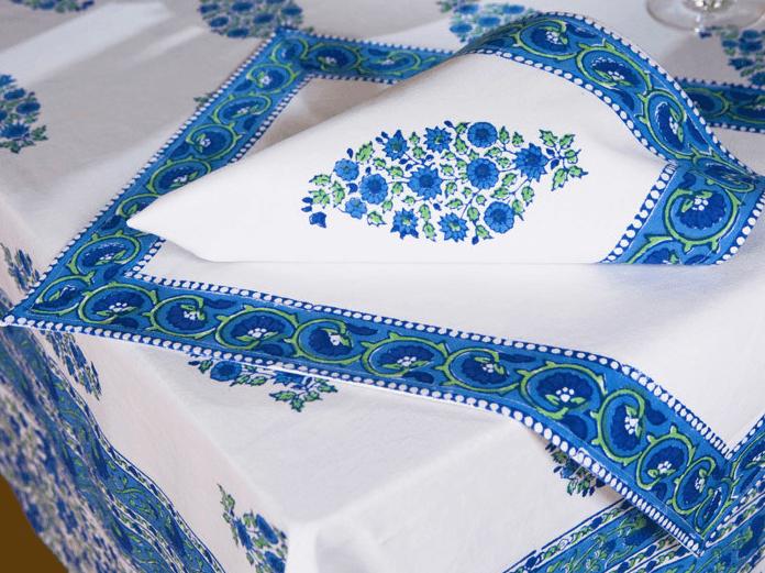Этнический голубой интерьер обеденной зоны освежите текстилем