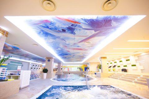 Абстракция на потолке будет выглядеть выразительнее с подсветкой по периметру конструкции