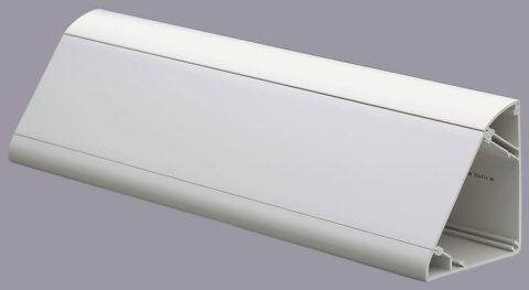 Аккуратный плинтус потолочный с кабель-каналом позволяет легко добраться до проводов