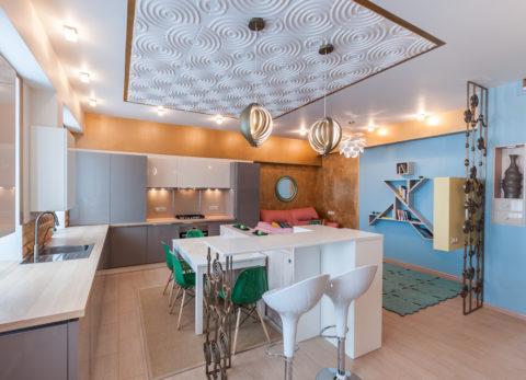 Акцент на обеденной зоне в квартире-студии при помощи рельефного потолка