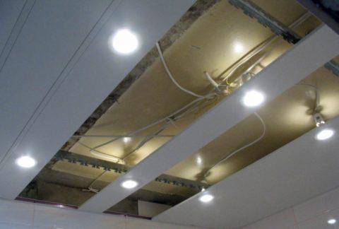 Алюминиевые панели легко снимаются, открывая доступ к инженерным коммуникациям