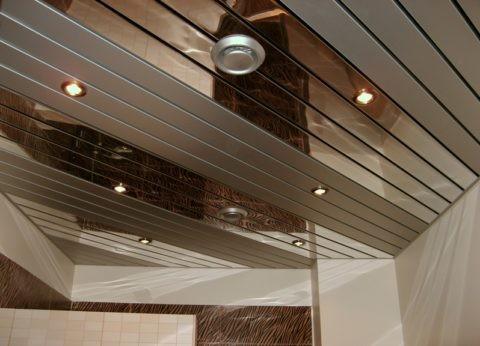 Алюминиевые потолочные рейки в дизайне ванной комнаты