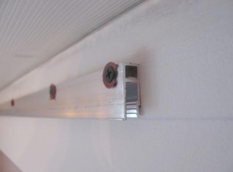 Алюминиевые профили для натяжных потолков существенно отличаются друг от друга