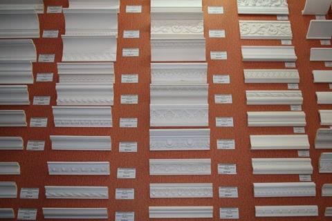 Ассортимент потолочных плинтусов в строительном магазине