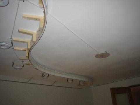 Багет для двухуровневых натяжных потолков монтируется на усиленный каркас